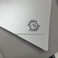 Envelopes sem estampas são ótimas opções também para noivas clássicas!  Convite 48D compre online: casamentosetravessuras.com  #casamentosetravessuras #brasão #monograma #convitedecasamento #noivas #noivas2017 #noivas2016 #querotudo #casamentoclassico - Lembrancinhas de Casamento Convites Aniversário 15 anos Formatura etc.