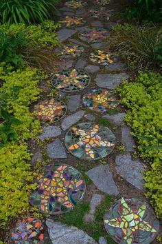 Creative Diy Garden Walkway Ideas You Can Build - DIY Garten Landschaftsbau Stepping Stone Walkways, Mosaic Stepping Stones, Pebble Mosaic, Stone Mosaic, Pathway Stone, Mosaic Walkway, Decorative Stepping Stones, Brick Walkway, Mosaic Pots