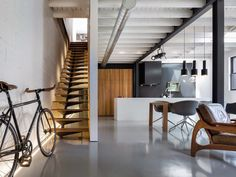 The design of a minimalist home staircase is important in the design of a minimalist house. In the design of a house, the presence of stairs is part of the interior of the house tha… Architecture Design, Estilo Interior, Modern Interior, 1950s Interior, Interior Ideas, Design Minimalista, Micro Apartment, Staircase Design, Stair Design