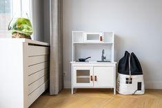 Na onze verbouwing is de basis van ons huis af! We willen zeker nog nieuwe meubels in de toekomst, maar met dit resultaat ben ik nu al zo blij.   Interieurontwerp: Laura Hindriks Fotografie: Angeline Dobber Lockers, Locker Storage, Ikea, Cabinet, Furniture, Home Decor, Clothes Stand, Decoration Home, Ikea Co