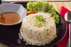 Wokban pirított és szójaszósszal ízesített pirított rizs csirkével/rákkal.