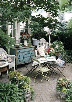 Une cour d'inspiration Provence. Oser sortir les meubles et fauteuils chinés avec amour et les loger sous les arbres. Garnir l'endroit de coussins et de fleurs en pots et s'y asseoir longtemps, souvent.