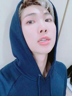 namjoon - hoodie - rm - bts - selca - black and white - b&w - 2018 Seokjin, Kim Namjoon, Kim Taehyung, Yugyeom, Youngjae, Mixtape, Jimin, Bts Bangtan Boy, Bts Boys