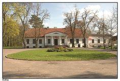 Dwór szlachecki w Golinie to klasycystyczny budynek z XIX wieku, położony w parku krajobrazowym o powierzchni 7 ha.
