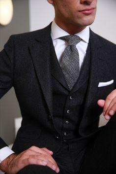 Cravate en laine à motif oeil-de-perdrix sur chemise blanche à col italien  en coton double retors.  WicketSoBristish 1b4038a595ea