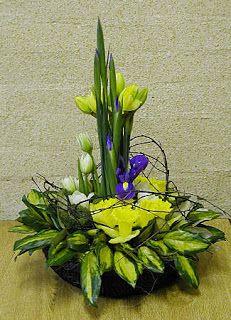 Easter Floral Design for home or altar. Springtime Flower arrangement. Newgardenclubjournal.blogspot.com