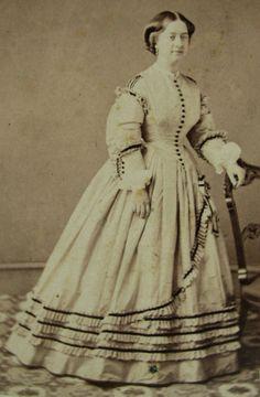 Wow! So stunning!  CIVIL WAR ERA CDV PHOTO PORTRAIT OF A LOVELY YOUNG WOMAN IN STUNNING HOOP DRESS