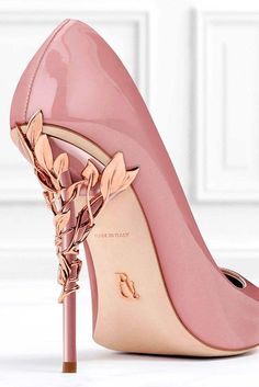 Wear pink shoes to look as gorgeous as carrie bradshaw! See our curious pieces of advice to learn how to match these fashionable shoes correctly.