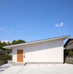 最近注目されているのは何と言っても平屋建ての家。その明快な動線や広がりを感じさせる空間構成、そして地面により近く暮らす安…