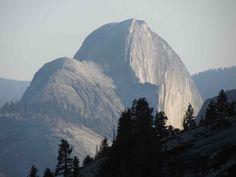 Yosemite National Park, un Parco Nazionale davvero affascinante, con i suoi monoliti di granito, le roboanti cascate e vertiginose pareti rocciose.  http://www.viaggi-usa.it/visitare-yosemite-national-park/