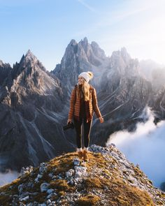 Plan the Ultimate Fall Road Trip to the Dolomites of Italy Hiking Photography, Photography Poses, Adventure Photography, Digital Photography, Surfergirl Style, Outfit Stile, Granola Girl, Poses Photo, New England Fall
