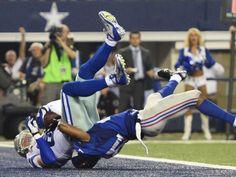 Autsch! Ryan Mundy von den New York Giants (r) setzt beim Versuch Jason Witten von den Dallas Cowboys im NFL-Match zu stoppen, knallhart mit dem Kopf auf. (Foto: Larry W. Smith/dpa)