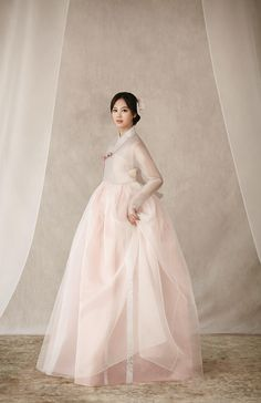 Korean bride in blush hanbok Korean Traditional Dress, Traditional Fashion, Traditional Dresses, Korean Bride, Korean Wedding, Korean Fashion Trends, Korea Fashion, Korean Dress, Korean Outfits