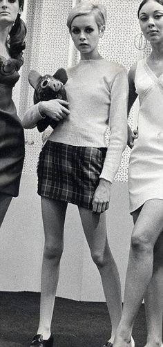 Twiggy 1960s. Em 1964 a mini-saia surge, sendo da responsabilidade de Courrèges e iniciada por Mary Quant, acompanhada de collants coloridos que contrastavam com o restante coordenado.