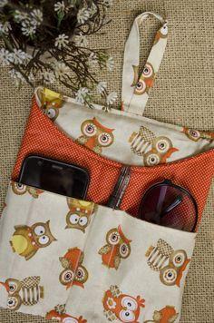 Que tal deixar seu carro mais colorido e sem bagunça?  A lixeira organizadora tem espaço para óculos, caneta, celular, ou o que você preferir!  A lixeira também é uma excelente opção para presente! Small Sewing Projects, Sewing Hacks, Sewing Crafts, Diy Bags Purses, Patchwork Bags, Fabric Bags, Love Sewing, Sewing Patterns, Kili