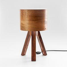 Por que todos os abajures são iguais e com cúpulade tecido? A luminária tripé foi pensada para ser simplese diferente. Com cúpula em lâmina natural de made...