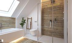 łazienka w stylu skandynawskim z wanną i kabiną walk in
