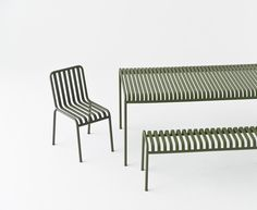 The sleek yet robust Palissade table is a member of Hay's versatile outdoor furniture collection. Palissade outdoor furniture features a strong, graphic design that consists of simple steel tubes and slats. Outdoor Bar Stools, Outdoor Dining, Outdoor Chairs, Outdoor Furniture, Outdoor Decor, Ronan & Erwan Bouroullec, Metal Dining Table, Design Bestseller, Relax