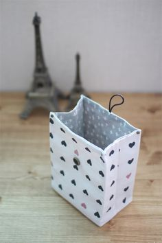 Fabric Gift Bag Tutorial Traditional-style Fabric Gift Bags Instructions DIY step-by-step tutorial. Easy Sewing Projects, Sewing Hacks, Sewing Tutorials, Sewing Crafts, Diy Sac Cadeau, Fabric Gift Bags, Bag Patterns To Sew, Tote Pattern, Sewing Patterns