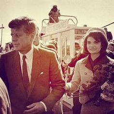 Jack and Jackie. Arrival at Love Field, colorized (recadrage).
