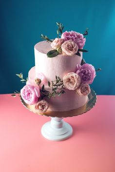 Pink cream wedding cake decorated with fresh roses. Download it at freepik.com! #Freepik #photo #flower #food #ribbon #cake
