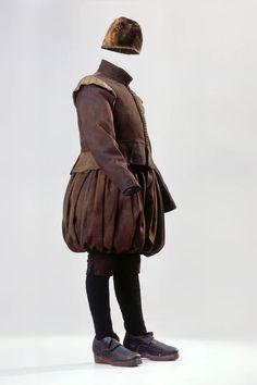 Anzug (Herren). Vollständige Kleidung eines Junkers von Bodegg, Augsburger Geschlecht, welches von 1599 - 1637 auf Elgg sass. Bestehend aus: Samtkäppchen, Hose und Wams aus braunem Wollköper. Gestrickte Wollstrümpfe. 1600 - 1610. (LM-2396.1)