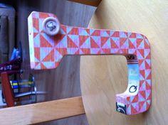 Lletra J de fusta forrada amb paper d'scrapbooking i washitape
