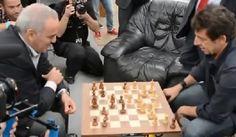 [Vidéo] Patrick Bruel bluffe Kasparov aux échecs http://viadeo.com/s/GtKiO  #echecs #chess #bruel #kasparov