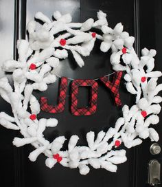 Inspired by fresh fallen snow, who wouldn't love this Snow and Berries DIY Wreath?
