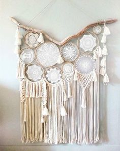 DIY Dream Catchers Decor Your bedroom; Home decor boho style; how to make a dream catchers; DIY wall decor ideas You will love these gorgeous Doily Dream Catchers and we have a DIY you'll love to try. Check out all the versions now, you'll love them! Doily Dream Catchers, Dream Catcher Decor, Dream Catcher Boho, Diy Tumblr, Mandala Au Crochet, Diy Wanddekorationen, Dream Catcher Tutorial, Diy Y Manualidades, Arts And Crafts