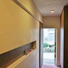 『T-House』〜古材の良さを取り入れた耐震補強リノベ〜の部屋 ニッチが印象的な明るい玄関ホール