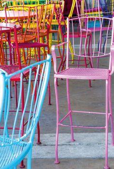 Kolorowe metalowe krzesła