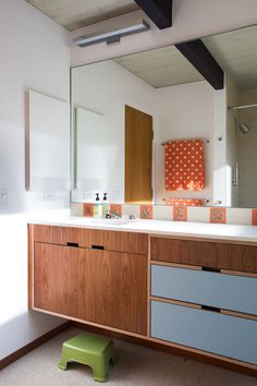 Photo of Klopf Architecture - San Francisco, CA, United States. Renewed Classic Eichler by Klopf Architecture Casa Eichler, Maison Eichler, Diy Bathroom Decor, Bathroom Interior Design, Interior Decorating, Armoire Rose, Latest Bathroom Designs, Cuisines Design, Cabinet Design