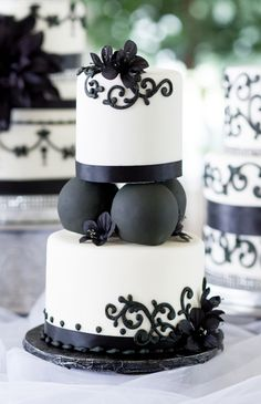 Black and White..... Cupcakes By Cravinley's
