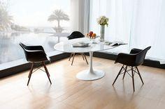 Mesa Oval Saarinen de Eero Saarinen y Sillas DAW de EAMES
