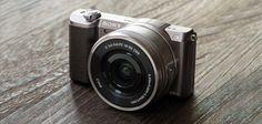 http://www.pixelexperts.at/sony-a5100-release-september-2014/ Die Japaner präsentieren mit der Sony A5100 die Nachfolgerin der Sony NEX-5T. Die äußerst kompakte spiegellose Systemkamera hat einen APS-C-Sensor mit einer Auflösung von 24 Megapixel, einen integrierten Blitz sowie WLAN und NFC.