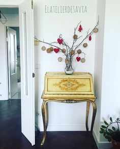 Se acerca la Navidad. Christmas is coming #elatelierdesavia #christmasdecorations #nordicinspiration #vintage #furniturevintage #yellow #floor #white #serendipity #minimalism #woods #christmasspirit #gold #red #decor #simplicity