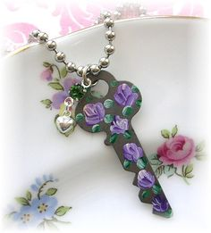 Vintage Antique Key Necklace Puffy Heart Green crystal Purple Roses Under Lock And Key, Key Lock, Antique Keys, Vintage Keys, Key Crafts, Key Jewelry, Jewelry Crafts, Handmade Jewelry, Jewelery