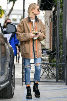 Hailey Baldwin Photos - Hailey Rhode Bieber is seen in Los Angeles, California. - Hailey Bieber Goes Back To Blonde Hailey Baldwin Photos - Hailey Rhode Bieber is seen in Los Angeles, California. - Hailey Bieber Goes Back To Blonde Best Street Style, New York Street Style, Cool Street Fashion, Look Fashion, Autumn Fashion, Celebrity Street Fashion, Winter Street Styles, Girl Fashion, Blonde Fashion