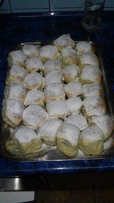 Nemáte představu co byste napekli svým dětem? Vyzkoušejte tyto kynuté buchty a naplňte je nádivkou podle své chutě. Czech Desserts, Sweet Desserts, Sweet Recipes, Challa Bread, Crockpot Recipes, Cooking Recipes, Eastern European Recipes, Waffle Cake, Pecan Pralines