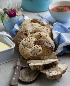Gør lidt ekstra ud af dit hjemmebagte brød ved at lave det af både en lys og en mørk dej og give det et flot fletmønster. Vi guider dig trin for trin her!