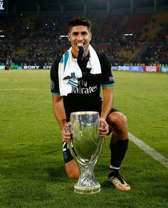 Marco Asensio con la Supercopa de Europa. Equipe Real Madrid, Real Madrid Players, Best Football Team, Isco, Soccer Players, Cristiano Ronaldo, Fifa, Manchester, The Incredibles