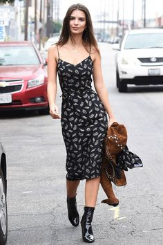 Emily Ratajkowski or EmRata as we like to call her is quickly establishing herself as one of the most talkedabout faces in fashion and film and with every red carpet appearance or every stroll around LA shes becoming our newest girl crush. Emily Ratajkowski Street Style, Emily Ratajkowski Look, Emily Ratajkowski Outfits, Summer Dress Outfits, Casual Summer Dresses, Club Outfits, Dress Casual, Spring Dresses, Atelier Versace