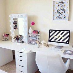 Escritorio y mesa para maquillaje •