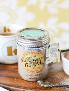 This Instant Chai Mix will warm you right up! Free Printable Gift Tags make this perfect for gifting! Diy Holiday Gifts, Homemade Christmas Gifts, Homemade Gifts, Mason Jar Meals, Mason Jar Gifts, Mason Jars, Jar Food Gifts, Homemade Chai Tea, Chai Tea Recipe