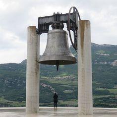 La #campanadeiCaduti veglia sulla città di #Rovereto dall'alto del colle di Miravalle. Maria Dolens questo il nome della campana è stata costruita con i cannoni della Prima Guerra Mondiale ed è la più grande campana del mondo che suona a distesa. Da anni tutte le sere batte i suoi 100 rintocchi in memoria dei caduti di tutte le guerrre.  In questi giorni @igerstrentino ha l'opportunità di raccontare il territorio del Trentino Alto Adige le sue città e le sue tipicità attraverso il canale…