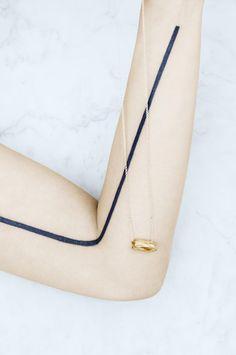 Kette mit Anhänger aus Gold in Holzform Harpers Bazaar, Arrow Necklace, Watches, Gold, Beautiful, Jewelry, Fashion, Parisian, Schmuck