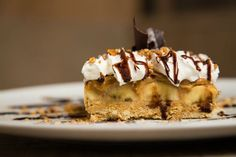 6 Traditional British Desserts to Add to Your Sweet Table- Banoffee pie {Benjamin Lauren Ltd} Banoffee Pie, Dessert Simple, Homemade Desserts, Easy Desserts, Dessert Recipes, Jaffa Cakes, Dessert Boston, Bananas, French Coconut Pie