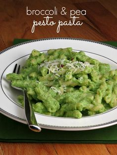 Broccoli Pea Pesto Pasta #weekdaysupper | alidaskitchen.com