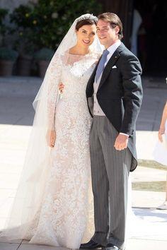 Brautmode: 21. September 2013: Luxemburgs neue Prinzessin Claire trägt an ihrem Hochzeitstag eine Kreation aus cremefarbener Seide von Elie Saab mit Schleier und Schleppe. Das Kleid ist mit Silber bestickt und mit Kristallen, Pailetten und Perlen verziert. Auch der Schleier ist aus Seide und mit ähnlichen Motiven wie das Brautkleid bestickt. Das Diadem ist ein Familienerbstück aus der großherzoglichen Familie, das schon mehrfach bei Hochzeiten getragen wurde.